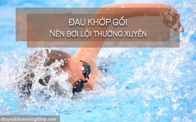 Người bị đau khớp gối nên bơi lội