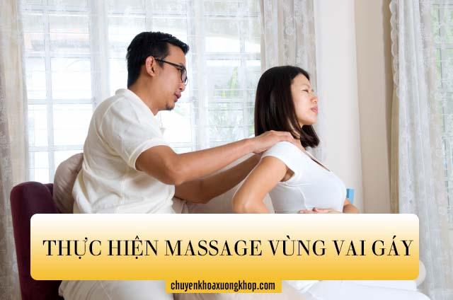 Thực hiện massage vùng vai gáy cho mẹ bầu để làm giảm các cơn đau