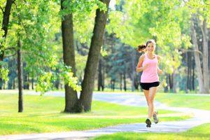 Người bị đau thần kinh tọa có nên đi bộ không?
