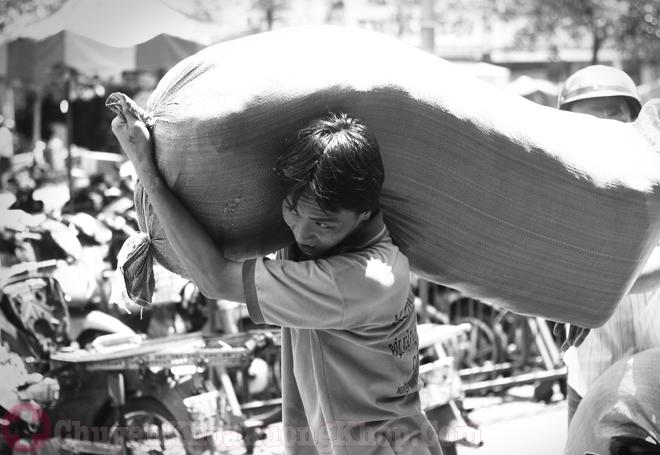 Nguyên nhân gây vôi hóa cột sống do lao động nặng nhọc