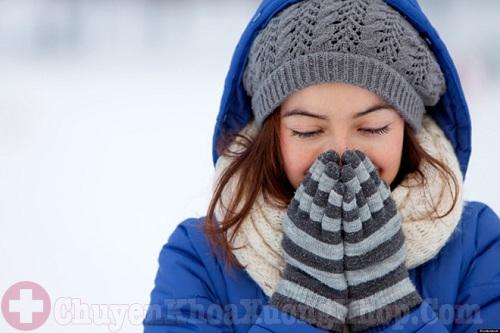 Mặc ấm là cách giảm đau khớp khi trời lạnh buốt