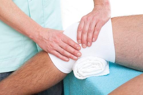 Sử dụng băng ép cho chấn thương làm sưng đầu gối