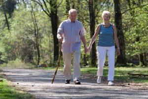 Thoái hóa cột sống có nên đi bộ