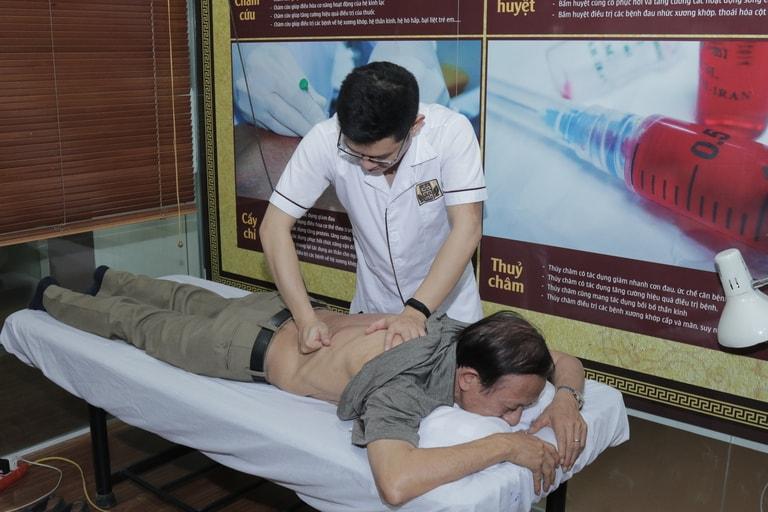 NSƯT Văn Báu thực hiện xoa bóp, day ấn huyệt điều trị thoát vị đĩa đệm tại Đỗ Minh Đường