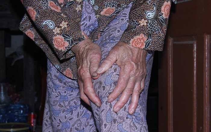 Đau khớp gối ở người già là căn bệnh phổ biến
