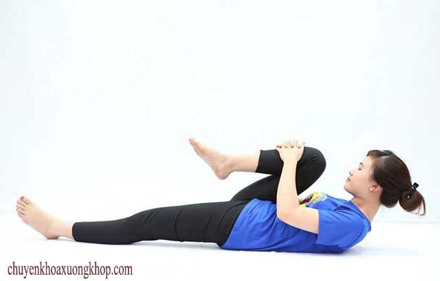 bài tập chữa viêm khớp nằm ngửa gập chân và tay