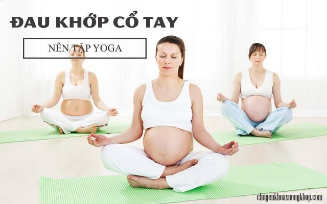 đau khớp cố tay khi mang thai nên tập yoga