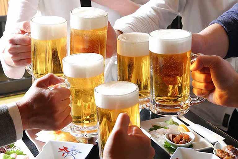 Rượu bia chính là kẻ thù của bệnh xương khớp do đó cần tránh xa