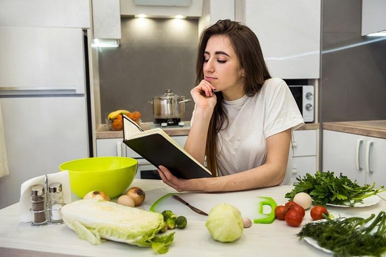 Chế độ dinh dưỡng đóng vai trò quan trọng do đó bị thoái hóa cột sống nên ăn gì cần được quan tâm
