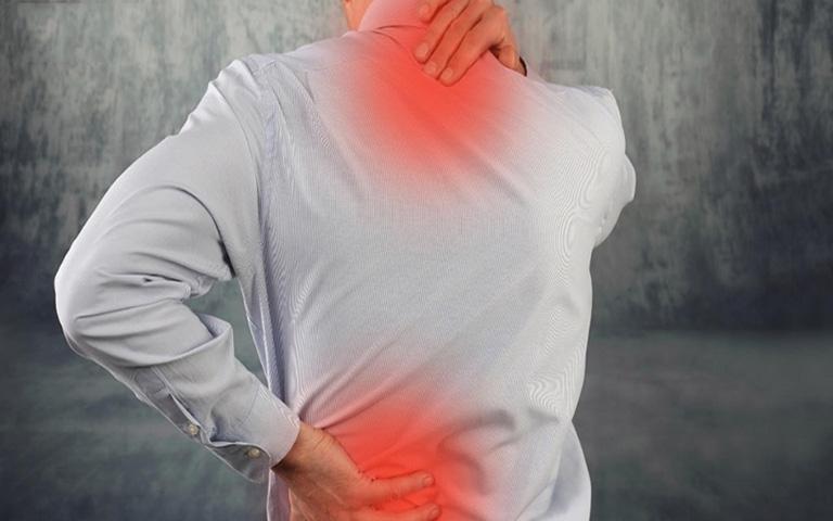 Thoát vị đĩa đệm mất nước gây ra những cơn đau âm ỉ trên lưng hoặc đốt sống cổ