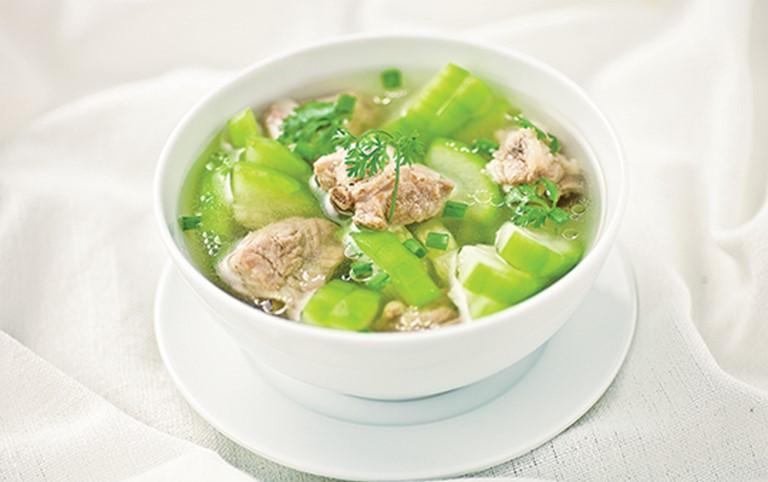 Canh bí hầm xương là món ăn có tác dụng hỗ trợ điều trị thoát vị đĩa đệm rất tốt