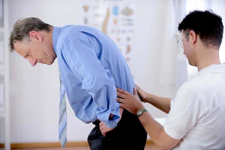Bác sĩ chuyên khoa có thể chuẩn đoán xẹp đĩa đệm thông qua việc đánh giá cơn đau