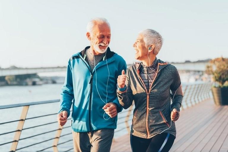 Đi bộ nhẹ nhàng giúp hỗ trợ điều trị thoát vị đĩa đệm cột sống