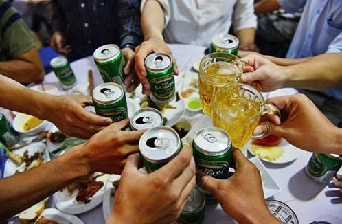 Uống nhiều bia rượu trong dịp tết khiến các bệnh cơ xương khớp bùng phát