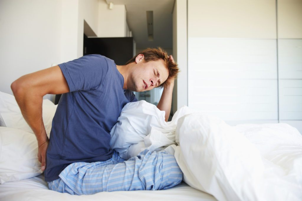Bị đau thần kinh tọa có nên quan hệ vợ chồng không