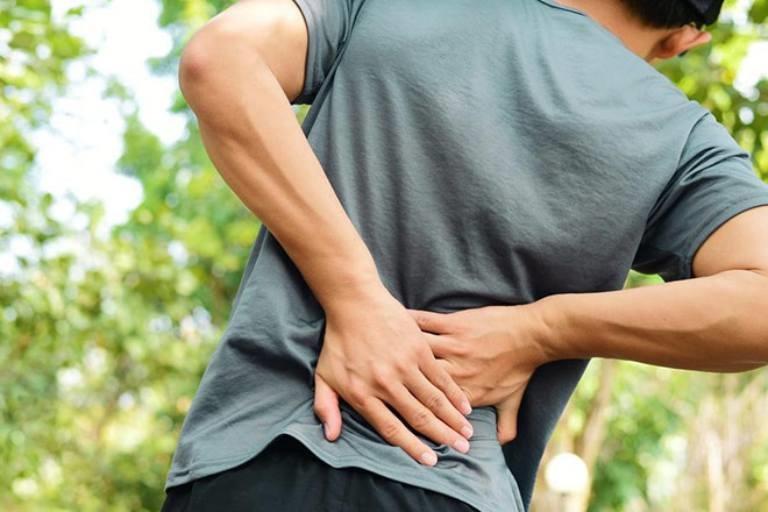 Đau đớn là triệu chứng phổ biến nhất khi cột sống bị thoái hóa