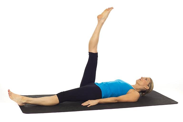 Bài tập chữa thoái hóa cột sống bằng cách kéo giãn cơ tam đầu đùi (mặt sau đùi)