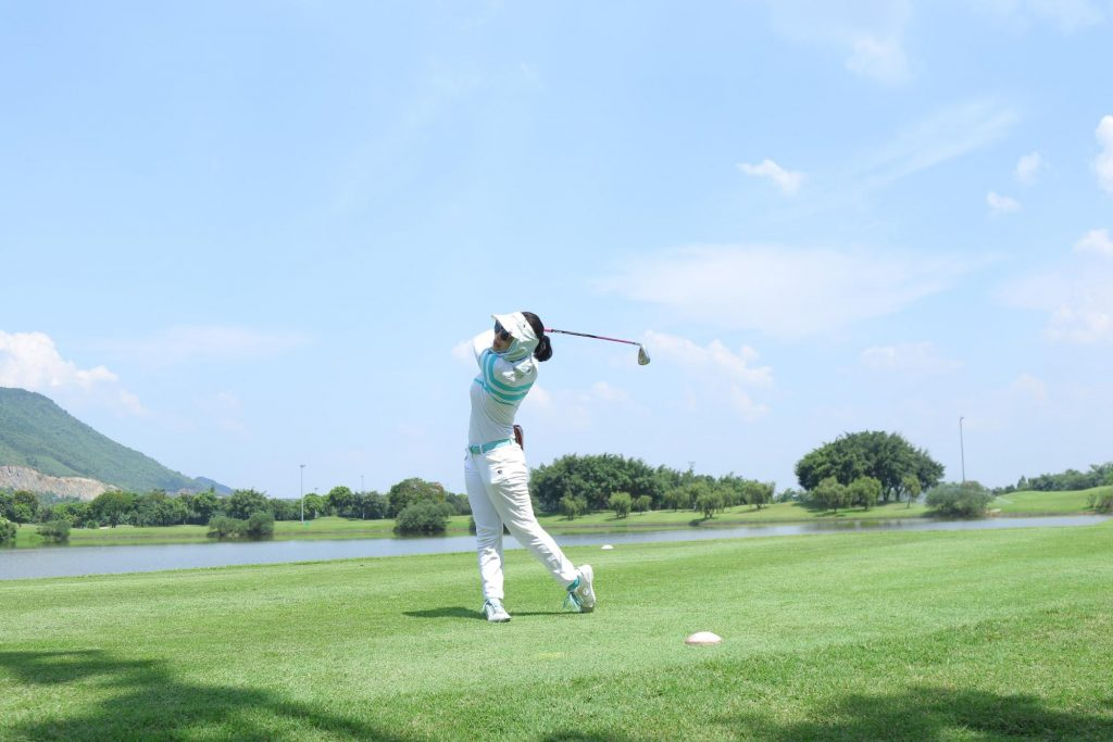 Đau thắt lưng khi chơi Golf, tennis