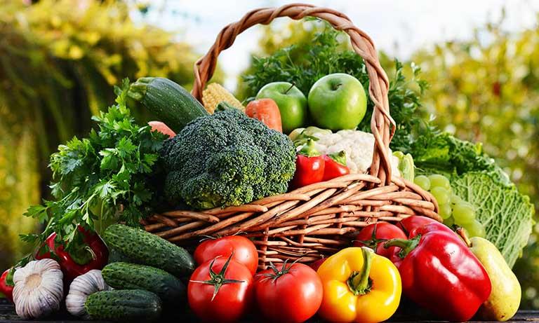 Người bệnh gout nên ăn nhiều rau xanh và nước ép hoa quả